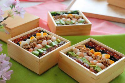 彩り鮮やか!人気料理ブロガーかめ代さんの「くるみ入りコブサラダ風箱寿司」