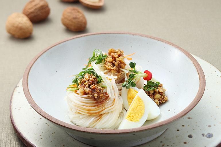 野菜麺、くるみ醤油ソース
