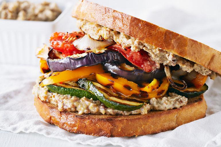「すりつぶすだけ」の万能ペースト入り!くるみのアイオリとグリル野菜のサンドイッチ